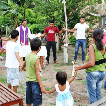 야외미사를 봉헌하시는 자일론 라이몬두 신부님(출처=ACN 자료사진)