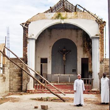 앙골라 후암보대교구장 조제 지 케이로 알베스 대주교님, 내전 중 파괴된 칠로항고 본당에서(출처=ACN 자료사진)