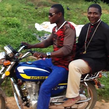 카지푸 사목방문을 위해 오토바이와 나룻배를 이용하시는 맘페교구장 안드레아 은키 대주교님(출처=ACN 자료사진)