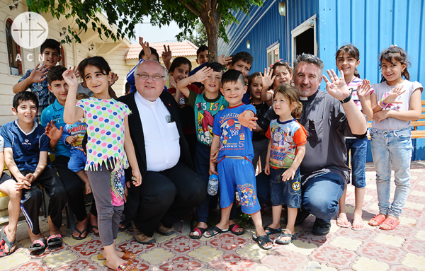 ACN 중동지역 프로젝트 파트너이신 할렘바 신부님 그리고 더글라스 바지 신부님, 이라크 아르빌 난민 캠프의 아이들과 함께(출처=ACN 자료사진)