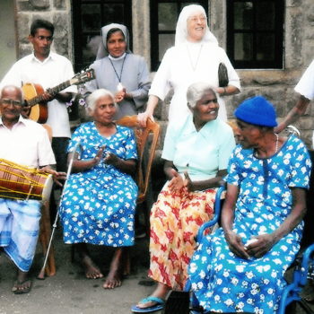 양로원의 노인들과 이분들을 돌보시는 수녀님들(출처=ACN자료사진)