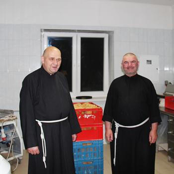 매일 사람들에게 따뜻한 밥 한끼를 제공하시는 수사님들 (출처=ACN자료사진)
