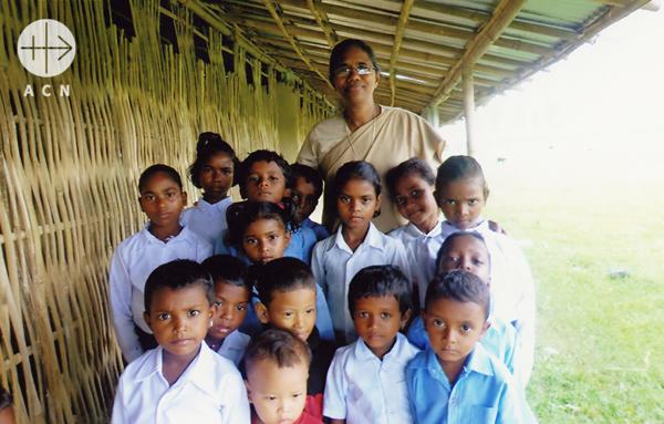 수녀님과 올망졸망 아이들 출처=ACN자료사진