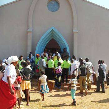 보수를 마친 하느님의 집에서 기뻐하는 신자들, 출처=ACN자료사진