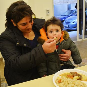 레바논 자흘레 도심에 있는 시리아 난민들을 위한 무료 급식소 (출처=ACN 자료사진)