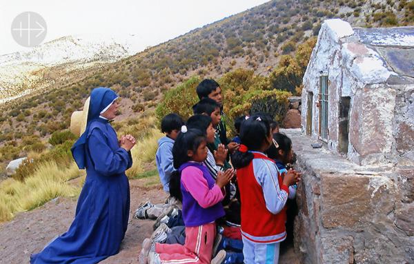교회의 미래인 아이들과 함께 기도하시는 수녀님 (출처=ACN 자료사진)