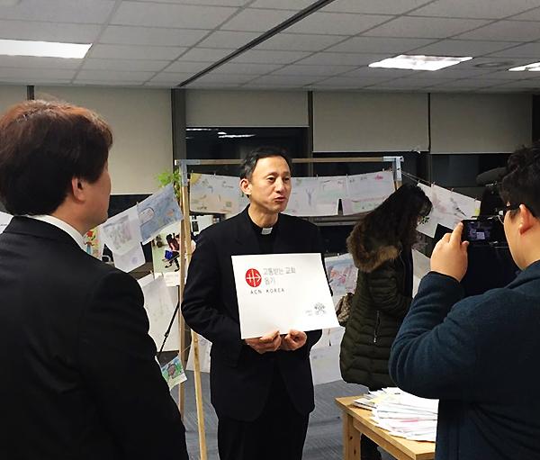 ACN Korea 2017 총회 - 시리아 아이들에게 영상 메시지를  전하시는 유경촌 주교님