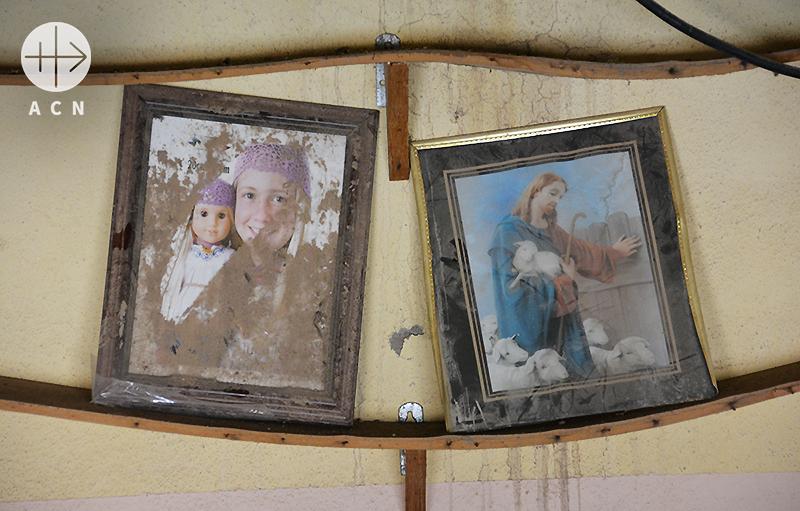 파괴된 한 주택 안에 남겨진 사진들(출처=ACN자료사진)