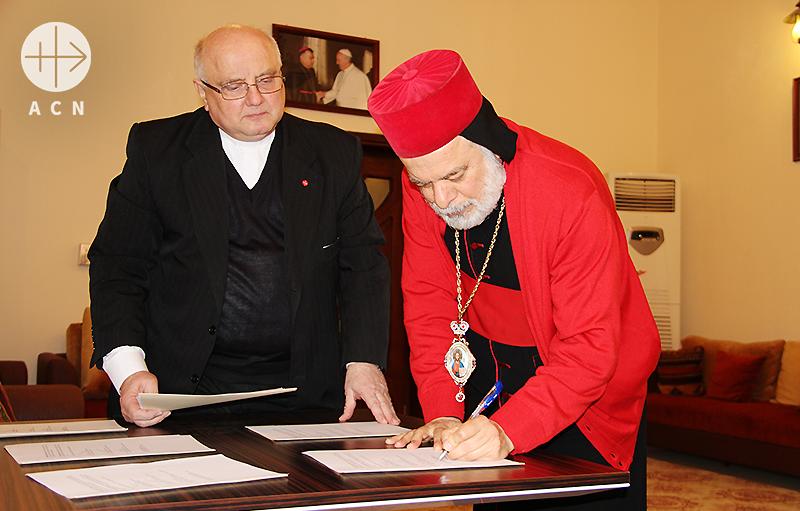 협의서에 서명하시는 티모테오 모사 알사마니 대주교님(출처=ACN자료사진)