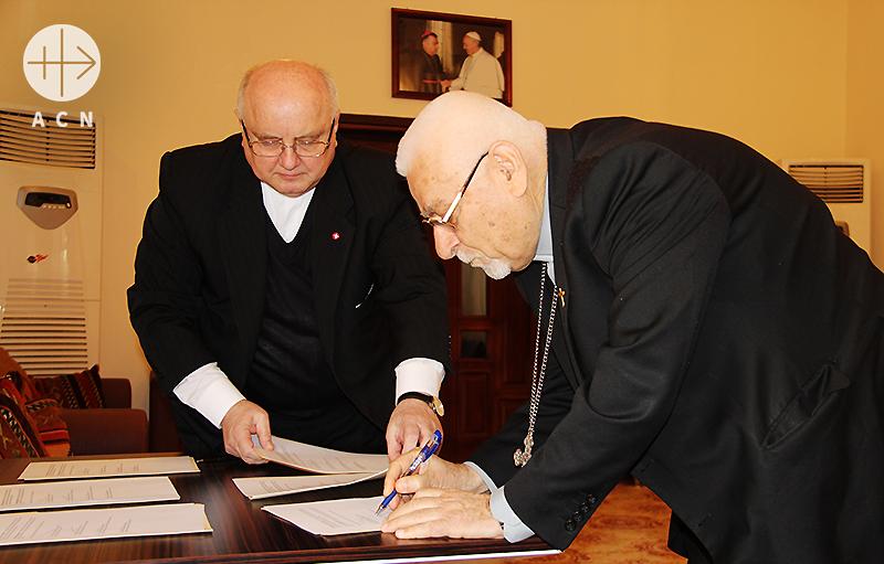 협의서에 서명하시는 요하나 페트로스 무슈 대주교님(출처=ACN자료사진)