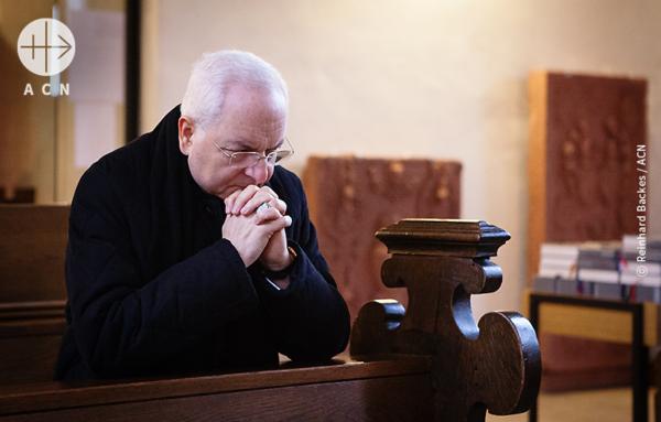 ACN 국제 본부가 위치한 독일 쾨니히슈타인의 성 마리아 성당에서 기도하시는 국제 ACN 재단장 마우로 피아첸차 추기경님(교황청 내사원장)