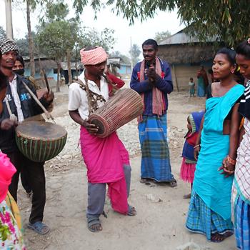 네팔 암가티 공소, 산탈 춤과 교리교사들의 파란 집. 출처=ACN 자료사진