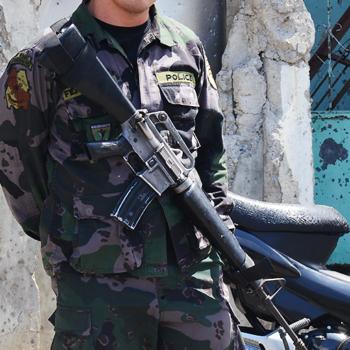 2013년, 필리핀 정부군과 모로 민족 해방 전선(MNLF) 반군 간의 교전 당시 가톨릭 사제를 포함한 인질들이 갇혀 있던 건물과 병사. 출처=ACN자료사진