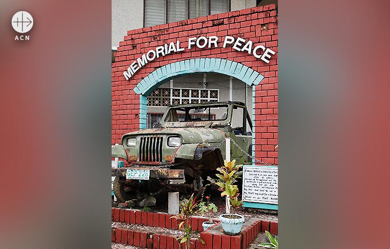 1999년, 가톨릭 신자들의 집단 암살을 추모하며 세워진 평화의 기념비. 출처=ACN자료사진