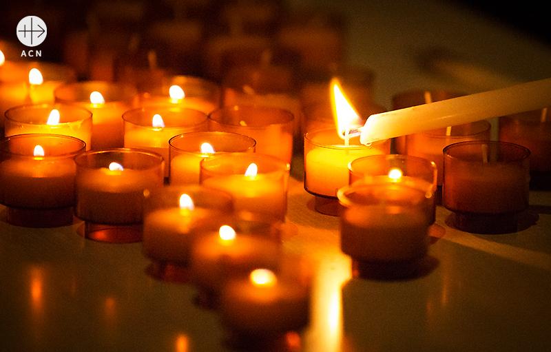 돌아가신 비야 신부님을 추모하는 촛불들 (출처=ACN자료사진)