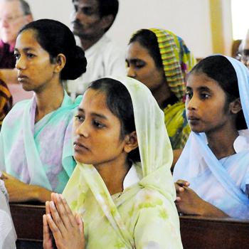 함께 기도하는 방글라데시 신자들 (출처=ACN 자료사진)