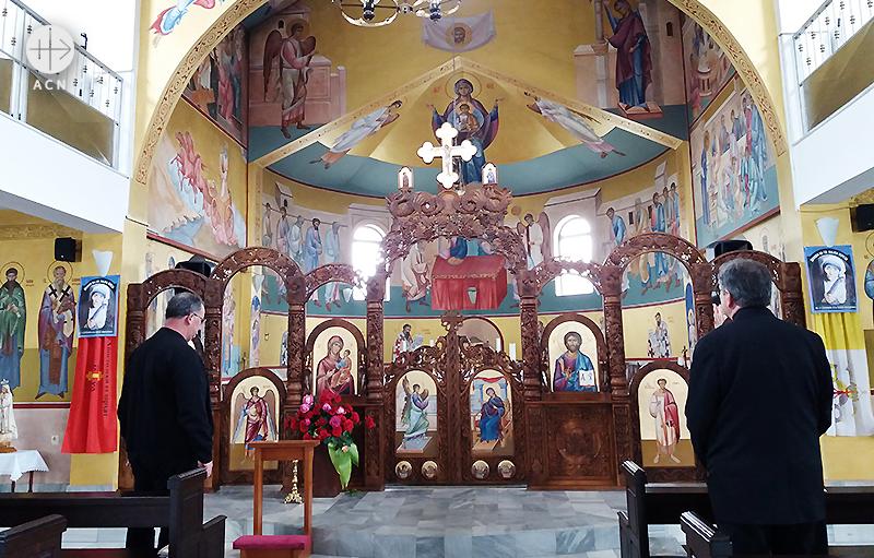 키로 스토야노프 몬시뇰과 형제인 조란 스토야노프 신부님, 성엘리야 그리스가톨릭 성전에서 (출처=ACN 자료사진)