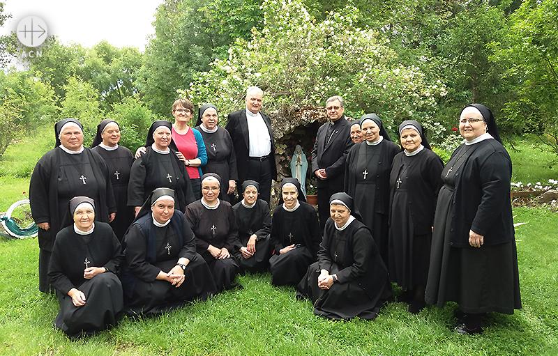 키로 스토야노프 몬시뇰과 마그다 카츠마렉씨, 그리고 성체공동체 수도원 수녀님들 (출처=ACN 자료사진)