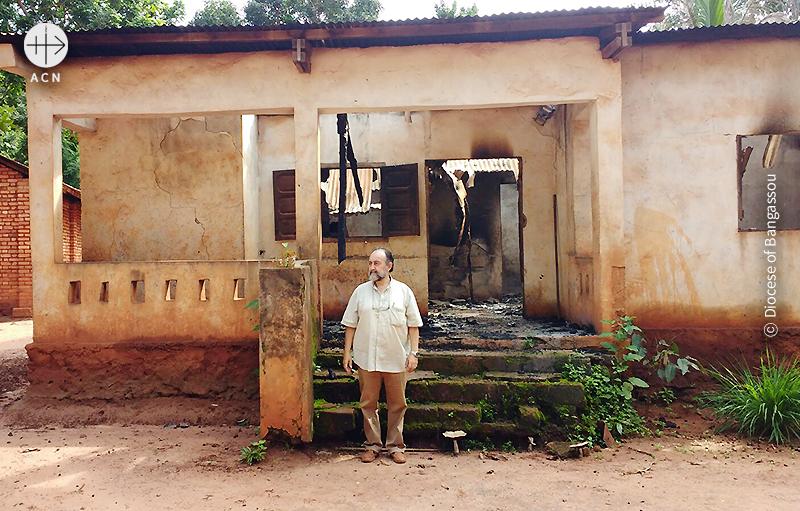 셀레카의 공격을 받은 건물 앞에서 아귀레 주교 (출처=ACN 자료사진)
