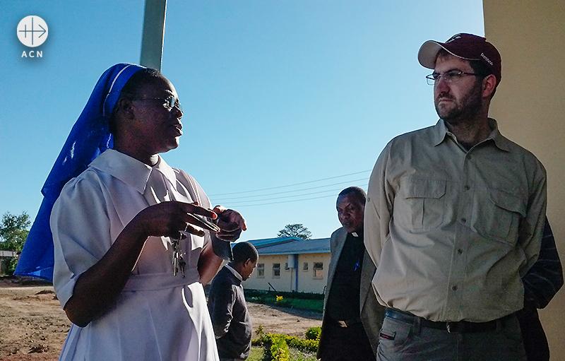 병원을 방문하여 수녀님과 이야기를 나누는 젠더씨 (출처=ACN 자료사진)