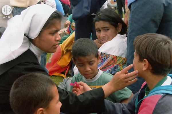 아이들을 돌보시는 예수 마리아 성심 수녀회 수련수녀님 (출처=ACN 자료사진)