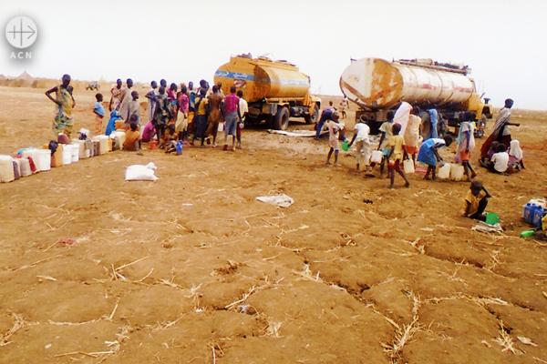물을 받기 위해 모여든 수단 난민촌 사람들 (출처=ACN 자료사진)