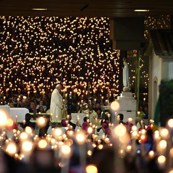 파티마대성당 성모님 앞에 서신 교황님 (출처=Arlindo Homem)
