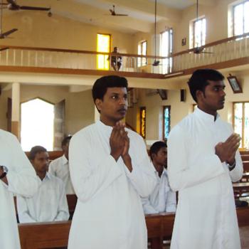 기도하는 신학생들 (출처=ACN 자료사진)