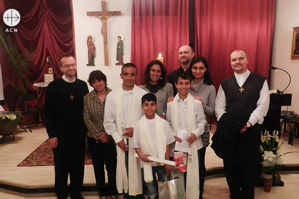 세례를 앞둔 소년들과 마틴 신부 (출처=ACN자료사진)