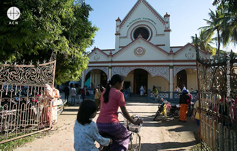 반마우 교구 성당, 미사에 참석하러 오는 사람들 (출처=ⓒ Magdalena Wolnik / ACN)