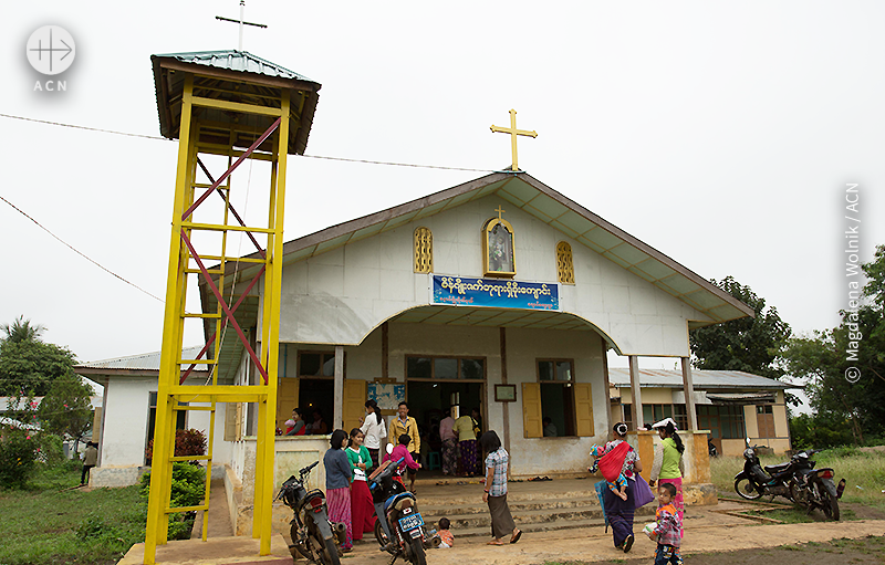 예윈 교구 성당, 미사에 참석하러 오는 사람들(출처=ⓒ Magdalena Wolnik / ACN)