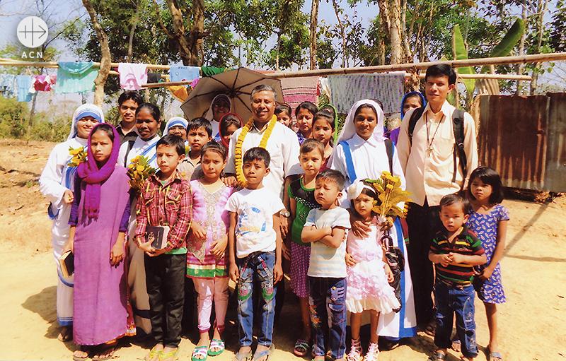 지역 아동들을 지원하는 SMRA 수녀들, 크루제 주교와 함께.  (출처=ACN자료사진)