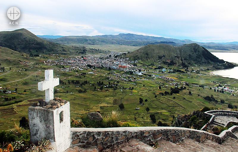고도 4,000m 티티카카 호숫가의 십자가 (출처=ACN자료사진)