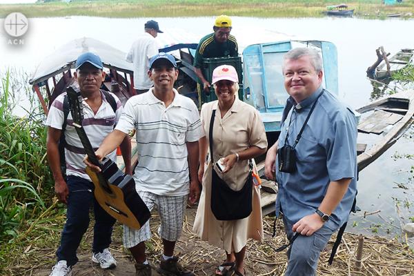 야첵 시갈라 신부와 카로코차에서 그의 사목 활동을 돕는 이들 (출처=ACN 자료사진)