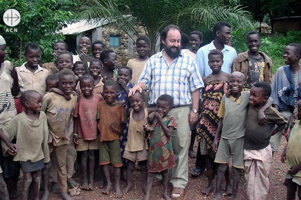 후안 호세 아기레-무뇨스 주교와 신자들 출처=ⓒ Fundación Bagassou