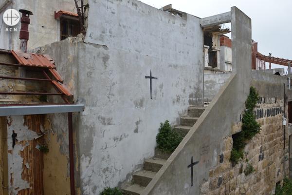 검은 십자가 표시가 된 그리스도인 가옥(출처=ACN 자료사진)
