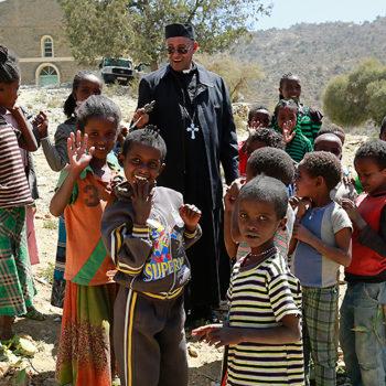 아이들과 함께 하는 테스파셀라시 메딘 주교 (출처=ACN 자료사진)