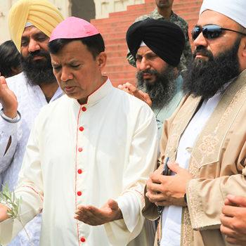 이슬람 지도자들과 기도하는 셔 대주교 (출처=ACN 자료사진)