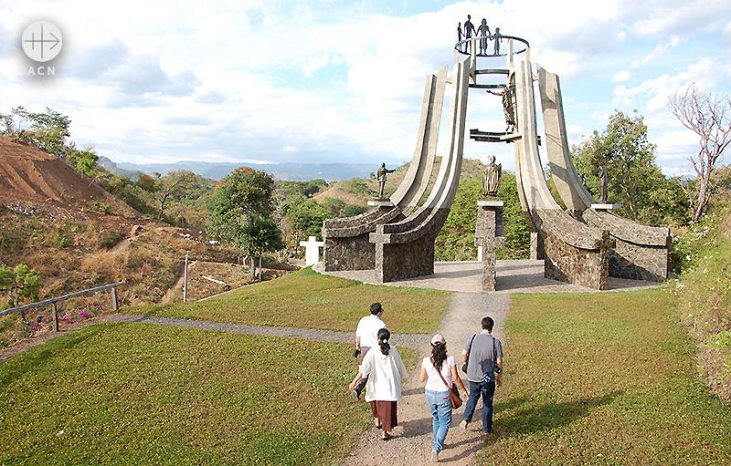 엘모소테 학살 기념비로 향하는 사람들 (출처=ACN 자료사진)