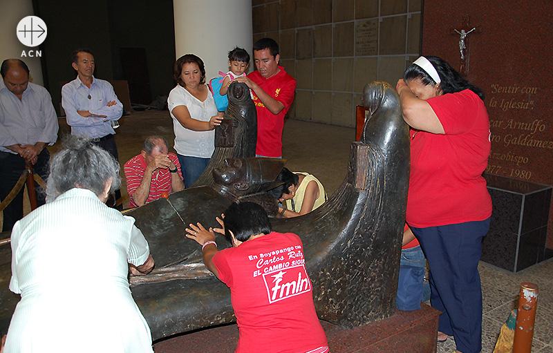 로메로 주교의 발을 잡고 기도하는 사람들 (출처=ACN 자료사진)