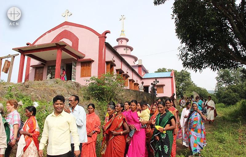 새 성전 앞에 모인 신자들(출처=ACN 자료사진)