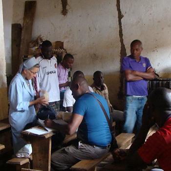 수감자들을 돌보는 오렌치아 수녀(출처=ACN 자료사진)