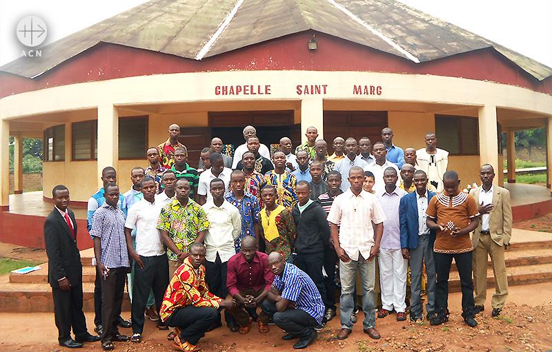 ACN의 지원을 받는 신학생들 (출처=ACN 자료사진)