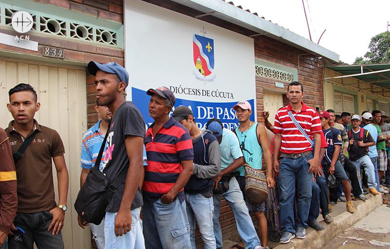 콜롬비아 쿠쿠타교구에서 식량배급을 기다리는 베네수엘라 난민들(출처=ACN 자료사진)