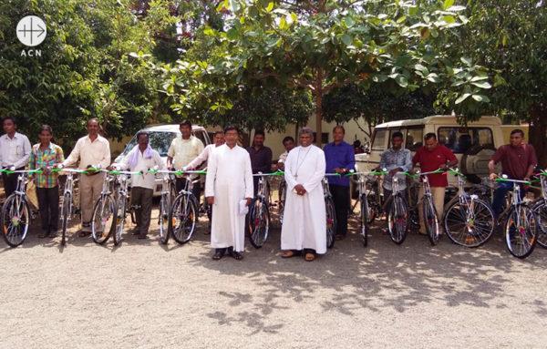 아플리나르 세나파티 주교와 교리교사들 (출처=ACN자료사진)