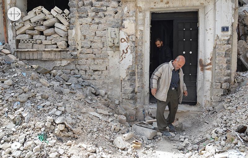 예전 집 현관 앞에서 엘리아스와 바사르 (출처=ACN자료사진)