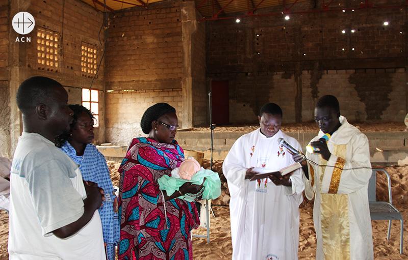 코알라고미시 본당의 유아세례 (출처=ACN 자료사진)