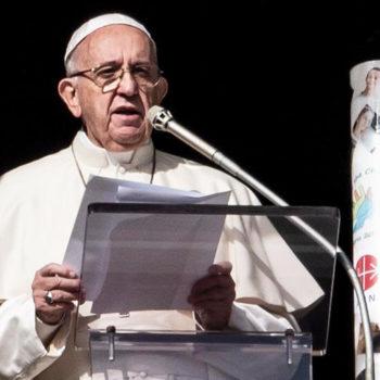 삼종기도를 마친 후 시리아에서 온 기도초에 불을 밝힌 프란치스코 교황 (2018.12.02 바티칸)