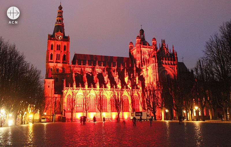 ACN의 Red Days 캠페인으로 붉게 물든 네덜란드 스헤르토엔보스 성 요한 성당 (출처=ACN 자료사진)