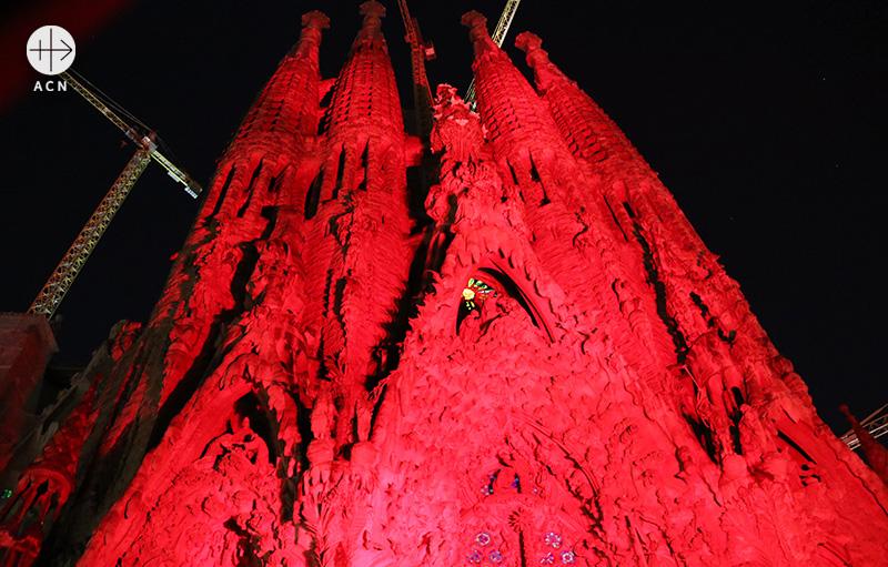 ACN의 Red Days 캠페인으로 붉게 물든 스페인 바르셀로나 사그라다 파밀리아 대성당 (출처=ACN 자료사진)